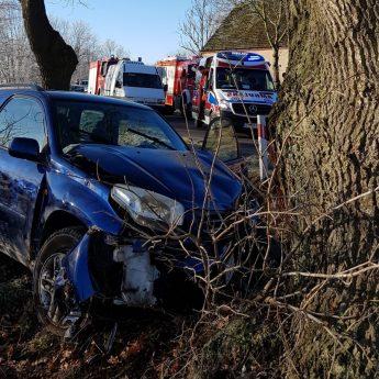 Wypadek pod Kretlewem. Toyota uderzyła w drzewo