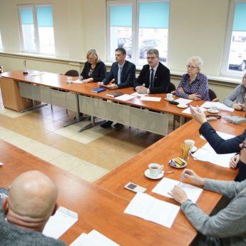 Sesja czy spotkanie przy kawie? Rada łamiąc statut dosypała 600 tysięcy do inwestycji w Dziwnówku?