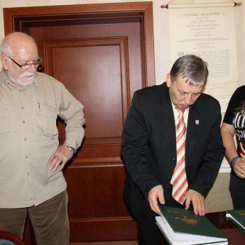 Księga Jubileuszowa Zjednoczonych Bractw Kurkowych RP trafiła do Burmistrza Wolina