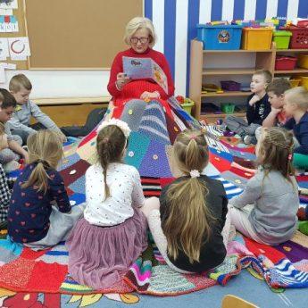 Słuchacze UTW czytali przedszkolakom