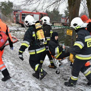 Złamał nogę w trakcie gaszenia pożaru. Strażak przewieziony śmigłowcem do szpitala