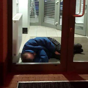 """Z bankomatu zrobił sobie noclegownię. Czytelnik: """"Ludzie boją się tam wchodzić"""""""