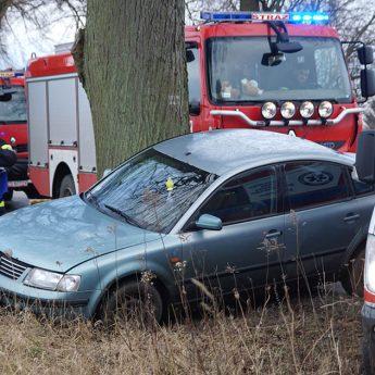 VW uderzył w drzewo! Kierowcy noga z gazu!