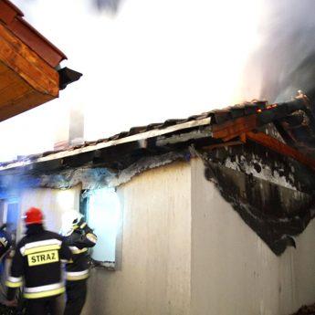 Pożar domku letniskowego we Wrzosowie. Na miejscu cztery zastępy straży [Zdjęcia, Film]