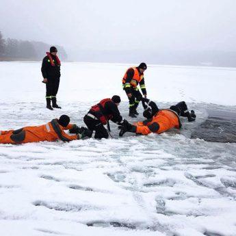 Strażacy z gmin Golczewo i Wolin ćwiczyli ratownictwo lodowe