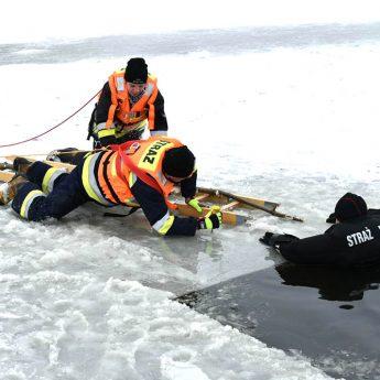 Strażacy ćwiczyli na lodzie [Zdjęcia, Film]