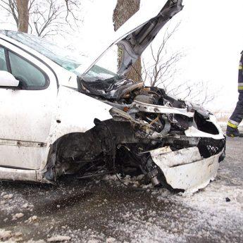 Peugeot uderzył w drzew za Strzeżewem. Kierowcy noga z gazu!