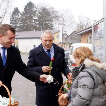 Wicemarszałek z Wicestarostą wręczali kwiaty i słodkości
