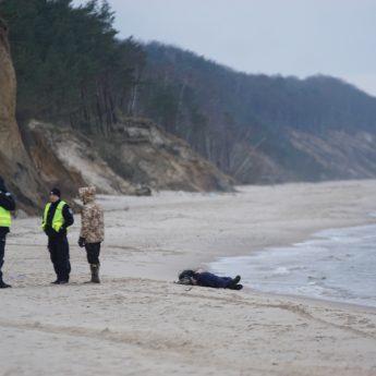 Morze wyrzuciło zwłoki. Makabryczne znalezisko na plaży w Świętouściu