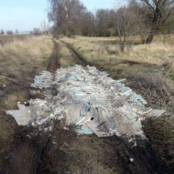 Jak nie do lasu, to na polne drogi. Ludzie wciąż wyrzucają śmieci gdzie popadnie