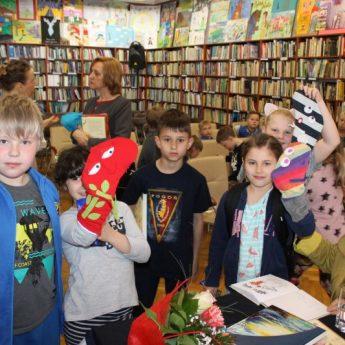 Justyna Bednarek w międzyzdrojskiej bibliotece