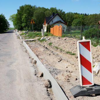 Urzędnicy Starostwa wymieniają się pismami, a chodników w Chominie i Sulikowie wciąż nie ma