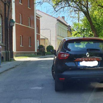Mistrzowskie parkowanie na środku drogi!