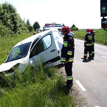 Peugeot wypadł z drogi. Jedna osoba poszkodowana