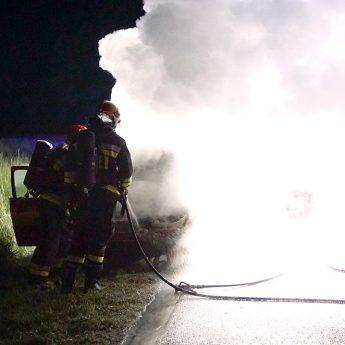 Renault stanęło w płomieniach w trakcie jazdy! Dwie osoby w szpitalu
