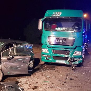 Zderzenie ciężarówki z osobówką w Uniborzu. Pijany kierowca wyszedł bez szwanku