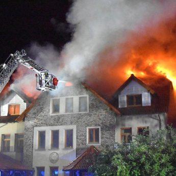 Pożar domu w Dziwnowie! Z żywiołem walczyli strażacy z całej okolicy! [Zdjęcia]