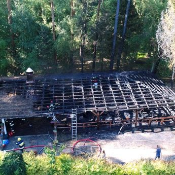 Pożar na terenie ośrodka wczasowego w Łukęcinie. Na miejscu pięć zastępów straży