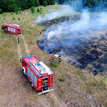 Pożar nieużytków pod Wrzosowem. Susza sprzymierzeńcem podpalaczy