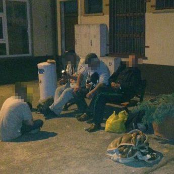 """""""Zaczepki, picie i ciągłe awantury"""". Bezdomni opanowali teren dworca PKP"""