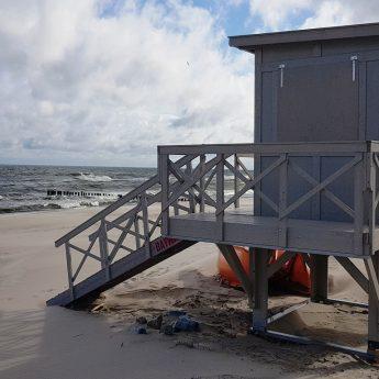 Nowa wieża, chodnik plażowy i miejsce do opłukiwania piasku na plaży w Dziwnowie