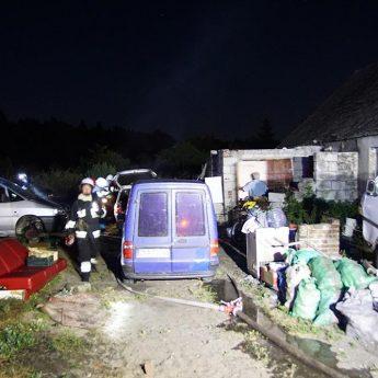 Nocny pożar samochodu w Kodrąbku. Na miejscu straż z całej okolicy