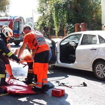 Czołowe zderzenie Suzuki i Mercedesa w Gostyniu. Jedna osoba poszkodowana