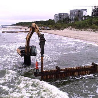 Plaża w Dziwnówku zamieniła się w plac budowy