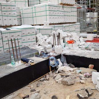 Wypadek na budowie w Dziwnówku. Mężczyzna nadział się na metalowy element