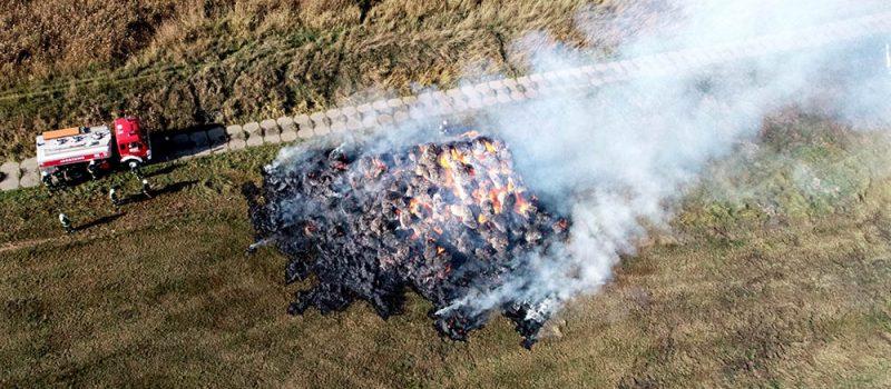 Pożar stogu w Skarchowie. Na miejscu trzy zastępy straży