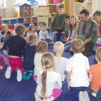 Harcerze w odwiedzinach u przedszkolaków