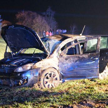 Volkswagen dachował w Kretlewie. Dwie osoby trafiły do szpitala