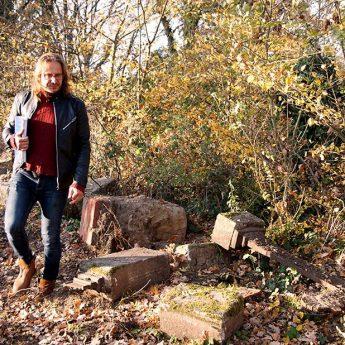 """Zdewastowali cmentarz w Kozielicach. """"Leżało luźno więc wyrównaliśmy teren"""" [FILM]"""
