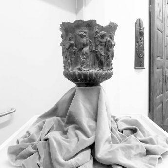 Cynowa waza z greckimi i egipskimi motywami w MHZK!