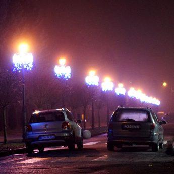 W Kamieniu Pomorskim trwa montaż świątecznych iluminacji. Zamiast lodowiska, niespodzianka dla najmłodszych