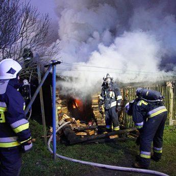 Pożar budynku gospodarczego w Benicach! Na miejscu pięć zastępów straży!