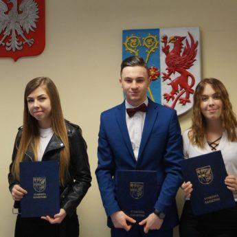 Laureaci Stypendium Prezesa Rady Ministrów z Powiatu Kamieńskiego wyróżnieni przez Starostę