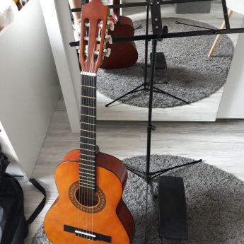 Mam do sprzedania gitare wraz ze stojakiem na nuty oraz pokrowce