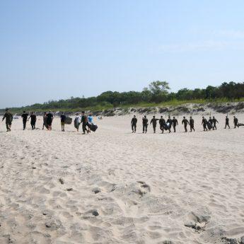 Żołnierze wraz z Mieszkańcami sprzątali plaże