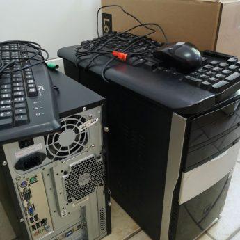 Sklep meblowy sprzeda dwa kompletne zestawy komputerów stacjonarnych
