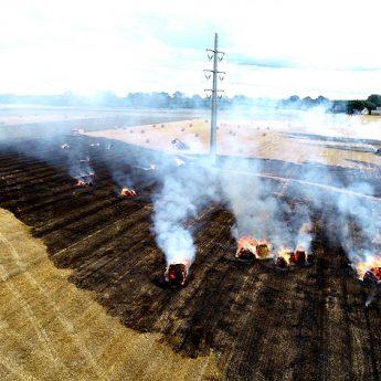 Pożar ścierniska w Rozwarowie. Z żywiołem walczy sześć zastępów straży