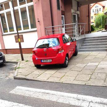 Prawdziwy mistrz parkuje tylko na środku chodnika!
