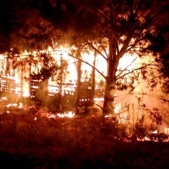 Nocny pożar w Domysłowie. Na miejscu pięć zastępów straży