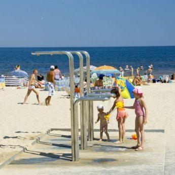 Do końca kwietnia na plaży w Międzyzdrojach pojawią się prysznice