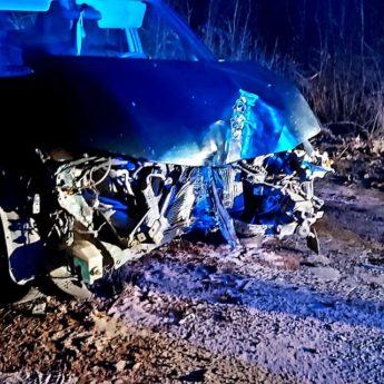 Samochód osobowy uderzył w drzewo. Jedna osoba poszkodowana