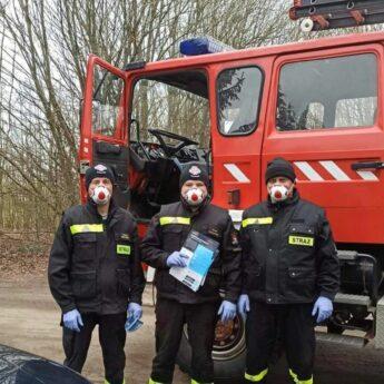 Strażacy-ochotnicy rozdają ulotki na temat szczepień