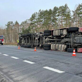 Ciężarówka przewróciła się pomiędzy Świnoujściem a Międzyzdrojami. Mogą powstawać zatory drogowe