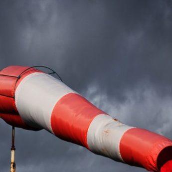 Jest ostrzeżenie przed silnym wiatrem