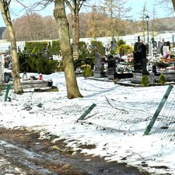 Autem w cmentarne ogrodzenie. Wójt szuka sprawcy wandalizmu