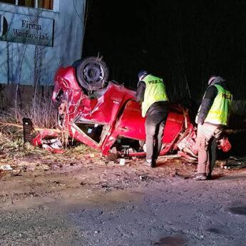 Rozbił swoje auto o betonowy płot. Pijany kierujący wpadł pod Stuchowem